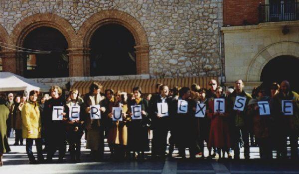Hace 20 años, Un ángel nos prestó su gabardina y nuestra rebeldía ya no tiene frío (E. Gastón)