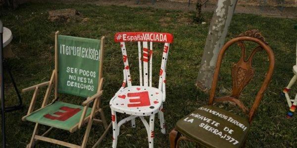 Los mensajes de Salvemos Teruel, España Vaciada y Teruel Existe se unen a las 'Sillas solidarias contra la despoblación' en Soria