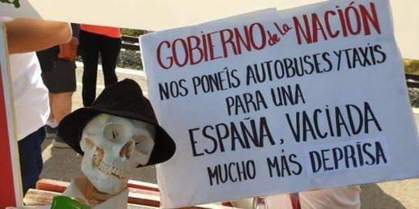 En Teruel cientos de ciudadanos exigen que no se desmantele el tren entre Zaragoza y Valencia